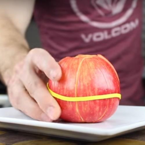 Hij wikkelt een rubberen band om zijn appel, de reden? Deze tips zijn geweldig!