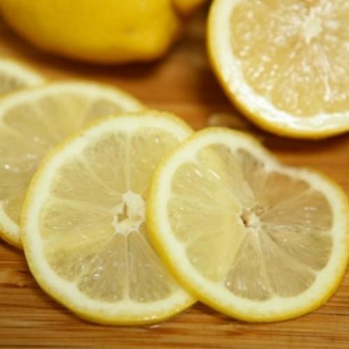 HEFTIG! Om deze reden moet je nooit vragen om een schijfje citroen in je drankje!