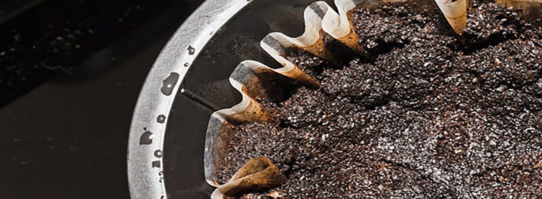 Gooi je koffiedik niet weg voordat je deze 15 handige manieren ziet wat je er allemaal mee kunt!