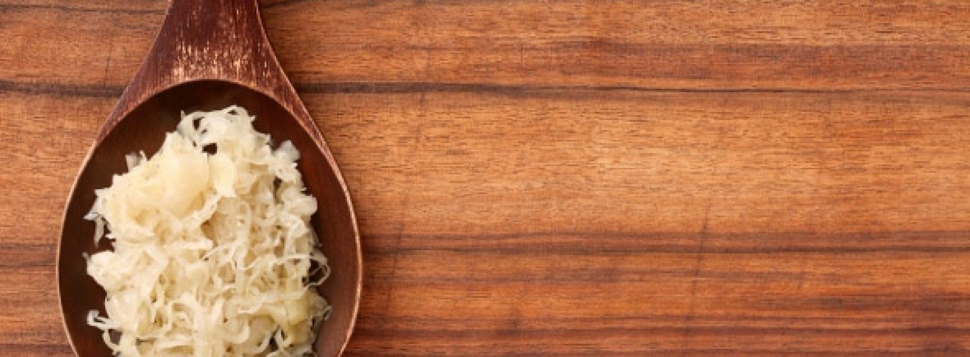 8 verrassende gezondheidsvoordelen van zuurkool (en hoe het te maken)