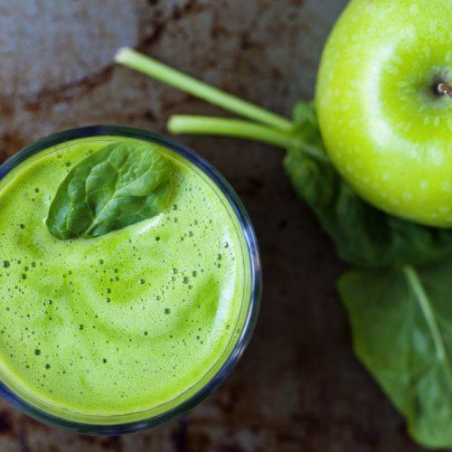 Het Anti-Angst Sap Recept dat gebruikmaakt van selderij, spinazie, appels en gember