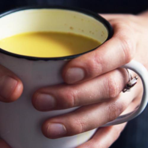 Kokosmelk en kurkuma: laat je snel in slaap vallen, verlicht pijn en ontsteking, verlaagt cholesterol