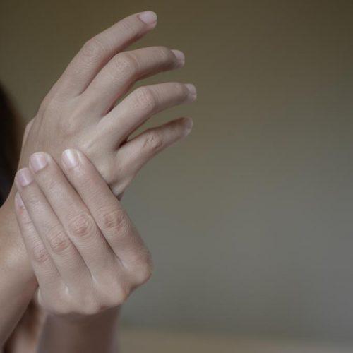 Voelt u pijn in uw pols of gevoelloosheid in uw vingers? Dit is wat je moet weten