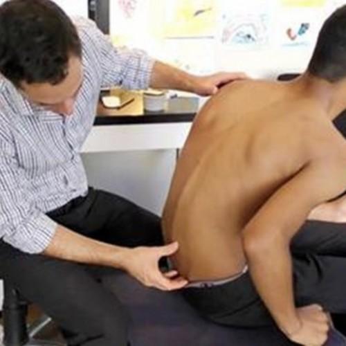 Deze Jongen Wilde Niet Meer Leven Omdat Hij Zo'n Pijn In Zijn Rug Had, Maar Een Bezoek Aan De Chiropractor Veranderde Alles.