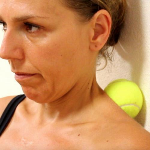 Ze drukt haar nek en rug tegen een tennisbal. Minuten later? Dit ga ik METEEN proberen!
