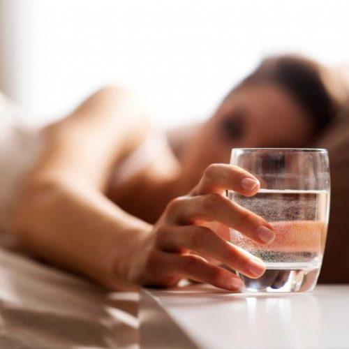 Om deze reden moet je water nooit drinken dat een nacht heeft gestaan!