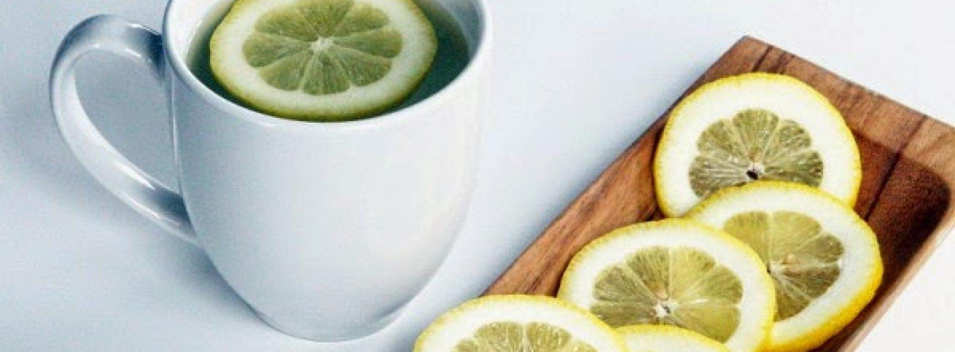 Wat gebeurt er met je lichaam als je warm water met citroen drinkt vroeg in de ochtend?