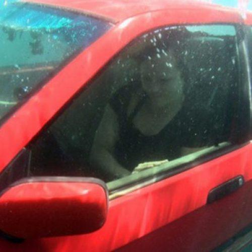 Met deze truc kun je jouw leven en dat van anderen redden – Zo kom je uit de auto als het onderwater ligt!