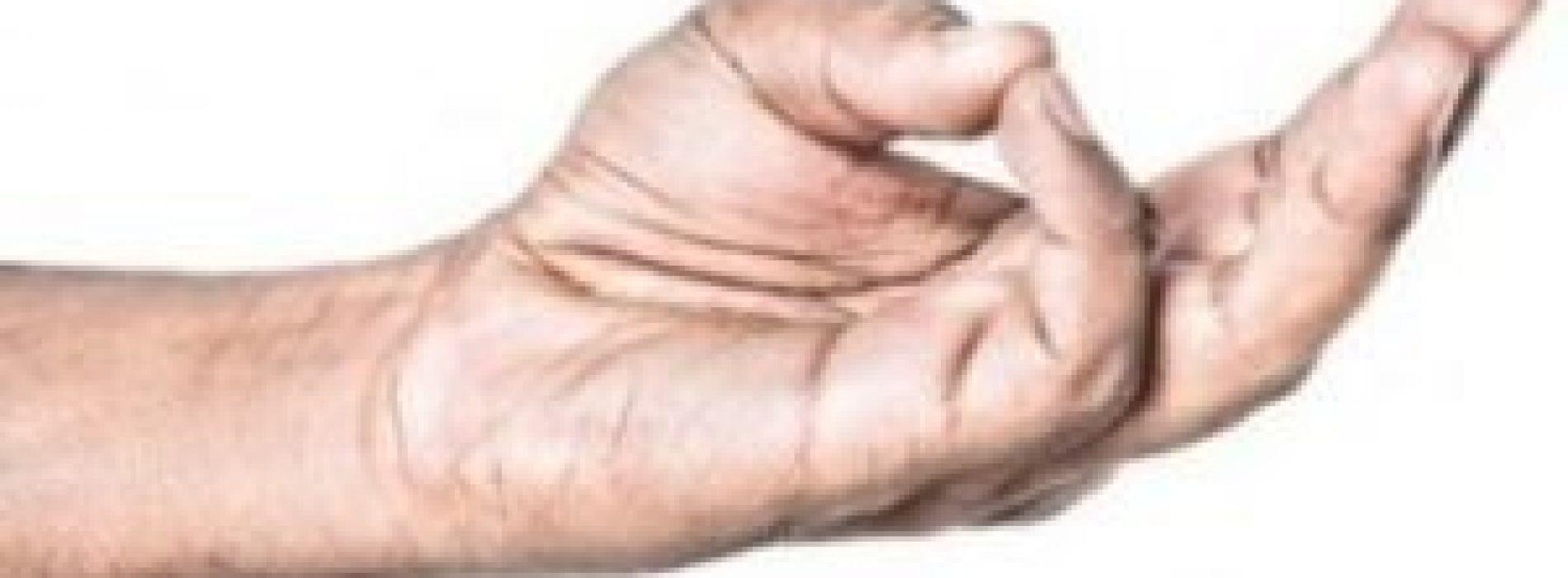 Stretch je ringvinger met je duim en hou hem zo vast. Je zal versteld staan!