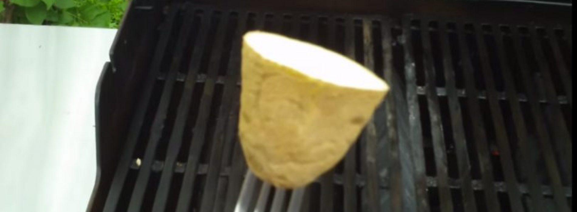 Hij wrijft een rauwe aardappel op de grill, slimme truc die iedere barbecue-fan moet kennen