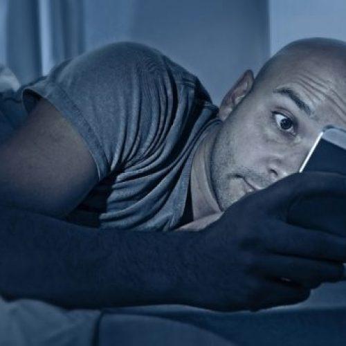 3 Zeer BELANGRIJKE Redenen waarom u moet STOPPEN met uw smartphone 's nachts te gebruiken (# 3 zal u schokken!)