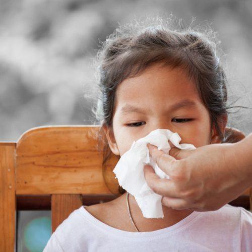Hoe u op natuurlijke wijze van de sinus-infectie van uw kind af kunt komen