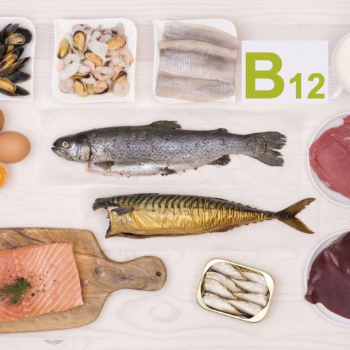 8+ belangrijke tekenen van vitamine B12-tekort die vaak over het hoofd worden gezien