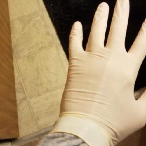Draar je handschoenen tegen Covid-19 besmetting? De dokter zegt dat het meer kwaad dan goed kan doen