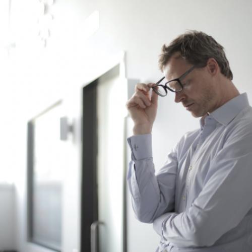 Slecht horen kan ook angstgevoelens en depressie veroorzaken